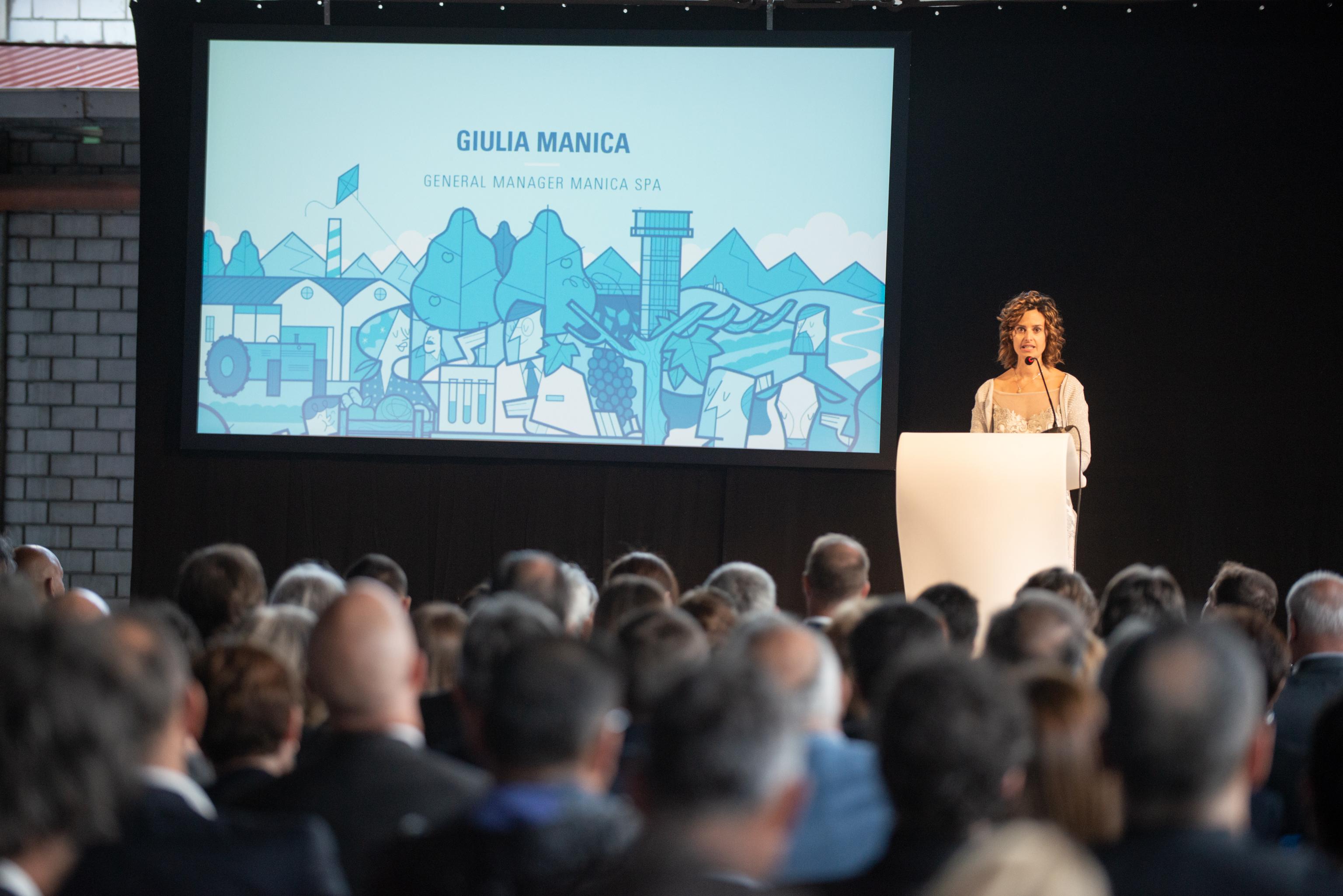 Foto di Giulia Manica durante il discorso al pubblico